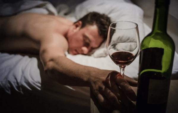 Мужчина спит с бокалом в руке