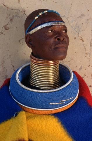 Кольца на шеи у мужчины из африканского племени