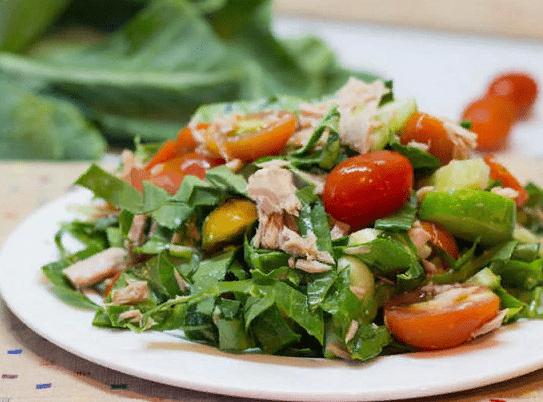 Салат с тунцом и черри