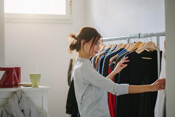 Девушка выбирает одежду