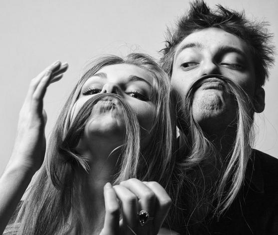 Девушка и парень дурачатся