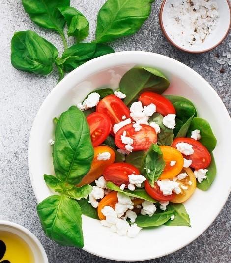 Салат из базилика с томатами и творогом
